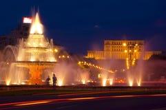 Les gens renferment la nuit à Bucarest images libres de droits