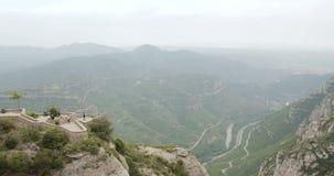 Les gens reposant en Montserrat Mountains Is une ville de Rocky Range Located Near The de Barcelone, en Catalogne, l'Espagne Il e banque de vidéos