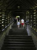 Les gens s'élèvent par l'escalier photographie stock