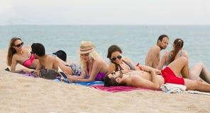 Les gens s'étendant sur le sable à la plage Images libres de droits