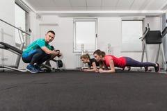 Les gens s'étirant pendant la classe de forme physique au centre de fitness Photos libres de droits