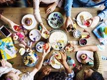 Les gens s'accrochent des boissons ensemble sur la fête d'anniversaire Images stock