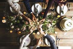 Les gens s'accrochent des verres de vin sur la réception de mariage avec la jeune mariée et le GR Photo libre de droits