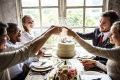Les gens s'accrochent des verres de vin sur la réception de mariage avec la jeune mariée et le GR Image stock