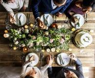 Les gens s'accrochent des verres de vin sur la réception de mariage avec la jeune mariée et le GR Images stock