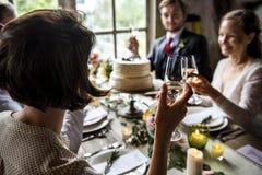 Les gens s'accrochent des verres de vin sur la réception de mariage avec la jeune mariée et le GR Photos libres de droits