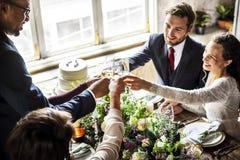 Les gens s'accrochent des verres de vin sur la réception de mariage avec la jeune mariée et le GR Photo stock