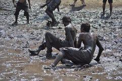 Les gens s'amusant dans la boue sur Ozora Fes photos stock