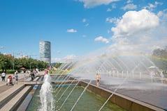 Les gens s'approchent de la fontaine à St Petersburg Russie Images stock