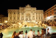 Les gens s'approchent de la fontaine Fontana di Trevi la nuit images libres de droits