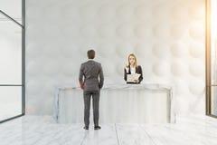 Les gens s'approchent de la réception de bulle Photo stock