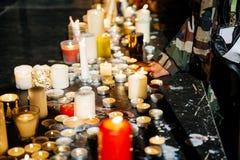 Les gens s'approchent des bougies au centre de la ville française de Strasbourg Photographie stock libre de droits