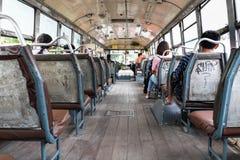 Les gens s'asseyant à l'intérieur d'un autobus d'air ouvert à Bangkok, Thaïlande Photo libre de droits