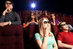 Les gens s'asseyant au cinéma, observant un film Images stock