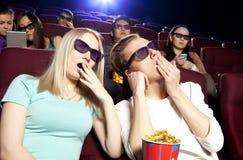 Les gens s'asseyant au cinéma, observant un film Image stock