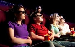 Les gens s'asseyant au cinéma, observant un film Image libre de droits