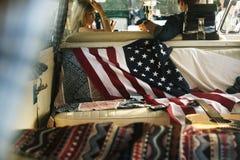Les gens s'asseyant dans Front Seat avec le drapeau américain sur Seat arrière Photo libre de droits