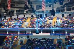 Les gens s'asseyant dans le palais des sports Megasport photos stock