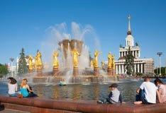 Les gens s'asseyant près de la fontaine à Moscou Photo stock