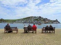 Les gens s'asseyant sur des bancs observant le car-ferry image libre de droits