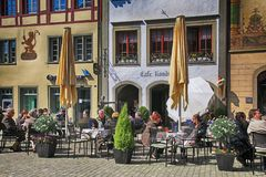 Les gens s'asseyant sur des restaurants au vieux village, chope en grès AM Rhei Photos stock
