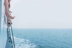 Les gens s'asseyant sur le ferry dans l'océan Image stock