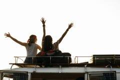 Les gens s'asseyant sur le toit de Van Road Trip Travel Images stock
