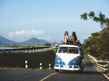 Les gens s'asseyant sur le toit de Van Travel Photographie stock libre de droits