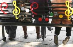 Les gens s'asseyant sur un banc Photographie stock libre de droits