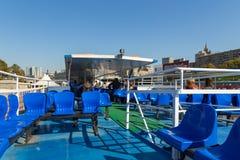 Les gens s'asseyant sur un pont supérieur d'un ferry, Moscou, Russie photos libres de droits