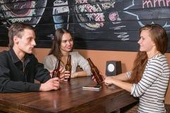Les gens s'asseyent dans le bar Image libre de droits