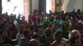 Les gens s'asseyent dans le temple des Indiens et du blanc sur le mariage clips vidéos