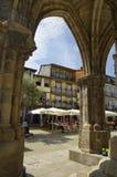 Les gens s'asseyent en cafés, Guimaraes, Portugal Photos stock