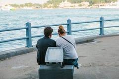 Les gens s'asseyent sur la plate-forme d'observation sous le pont de Galata et regardent la vue du Bosphorus à Istanbul Photos libres de droits