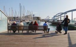 Les gens s'asseyent sur un banc et regardent l'eau Images stock