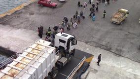 Les gens s'embarquant sur le ferry-boat banque de vidéos