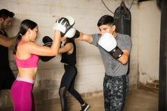 Les gens s'exerçant dans un gymnase de boxe Photo stock