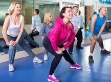 Les gens s'exerçant dans un gymnase faisant des pilates Photo libre de droits