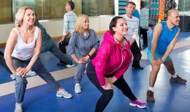 Les gens s'exerçant dans un gymnase faisant des pilates Photos libres de droits
