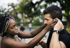 Les gens s'exerçant dans une aide multiraciale d'ami de parc Images libres de droits