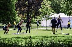 Les gens s'exerçant en parc Photographie stock libre de droits