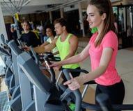 Les gens s'exerçant sur de cardio- machines d'une formation Image stock
