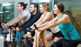 Les gens s'exerçant sur des vélos d'exercice Photo stock