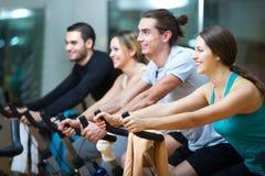 Les gens s'exerçant sur des vélos d'exercice Photos libres de droits