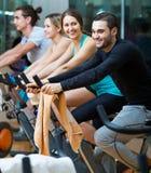 Les gens s'exerçant sur des vélos d'exercice Photographie stock