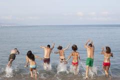 Les gens sautant dans la mer Image libre de droits