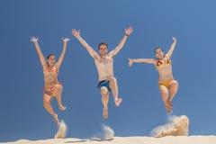 Les gens sautant en été Images stock