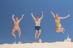 Les gens sautant en été photographie stock libre de droits