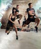 Les gens sautant et pratiquant le cardio- exercice de forme physique Images libres de droits