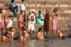 Les gens se baignant à Varanasi, Inde (le Gange) Photo stock